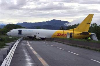 Cargo esce di pista e finisce in strada, paura all'aeroporto di Orio al Serio /Foto