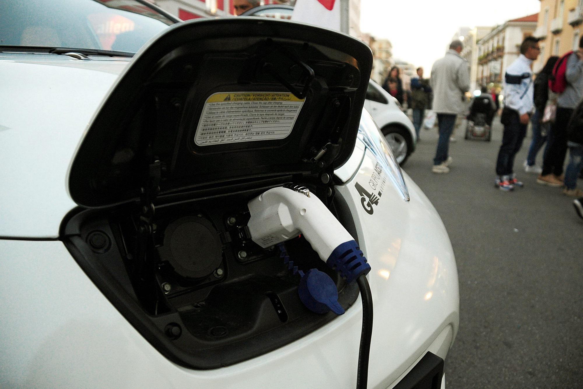 Case, diventa obbligatoria la presa per le auto elettriche