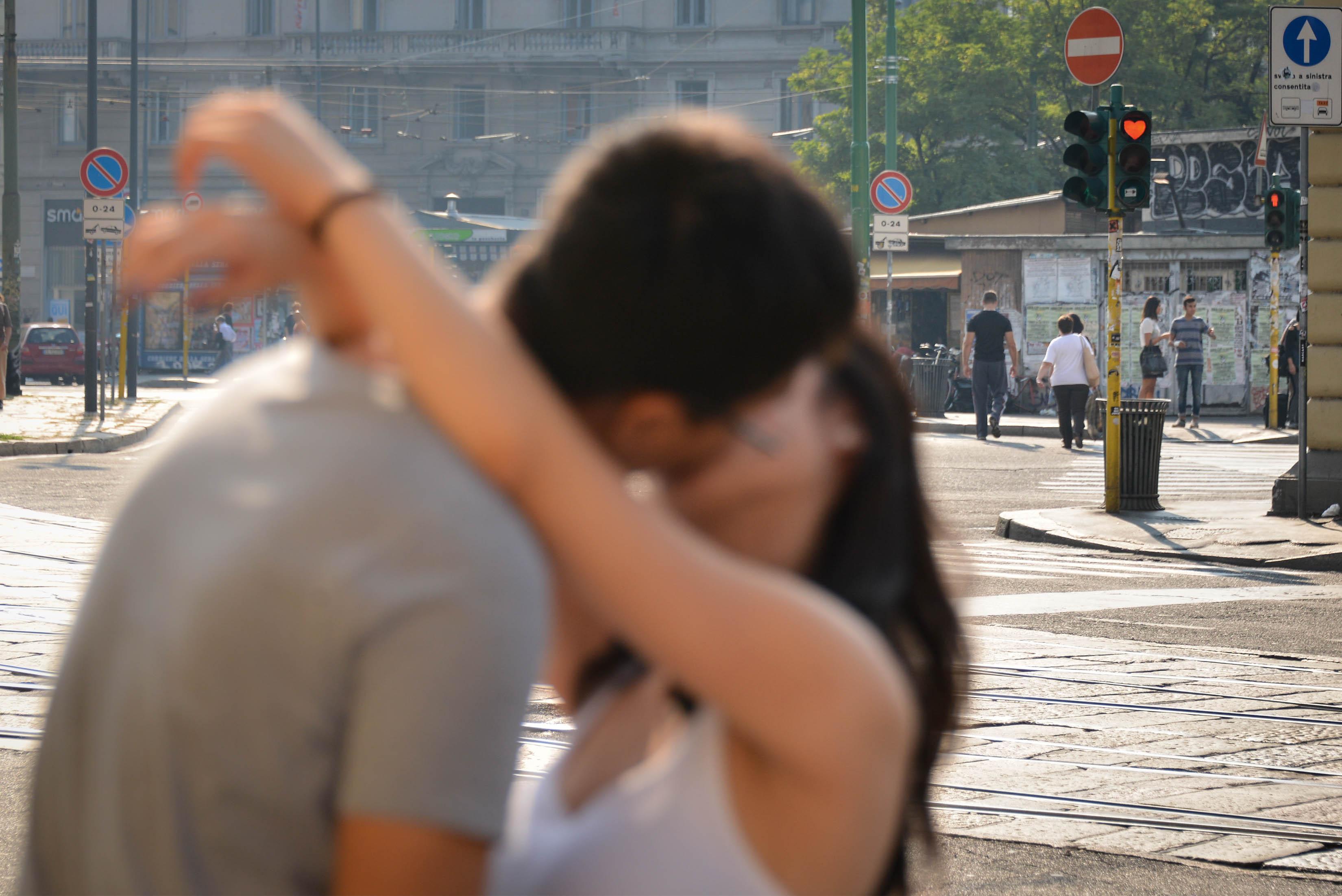 due giovani si baciano appassionatamente