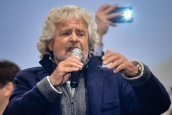 Referendum, Grillo: Renzi mente, con De Luca e Verdini è banda dei calamari