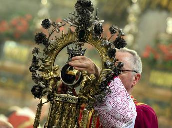 Non si ripete il miracolo di San Gennaro: Il sangue è solido