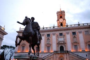 Roma, caos in Consiglio su Bolkestein: da ambulanti minacce a Onorato