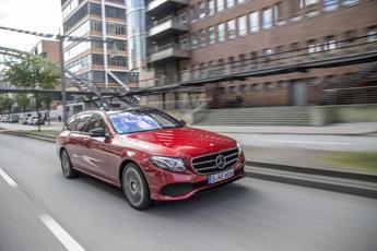 Sicurezza stradale, da Mercedes la 'guida intelligente' contro le distrazioni
