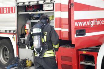 Camion si ribalta e prende fuoco, morto autista su A14