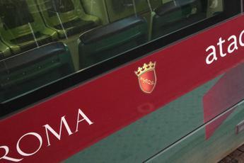 Roma, ancora un bus in fiamme