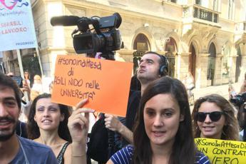 In 12 piazze d'Italia con cuscino e clessidra, è 'Fertility Fake'