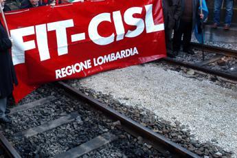 Mantova, picchiato a sangue mentre appende volantino per sciopero Fit Cisl