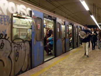 Pestato in metro B a Roma: Mi ha aiutato solo mia madre