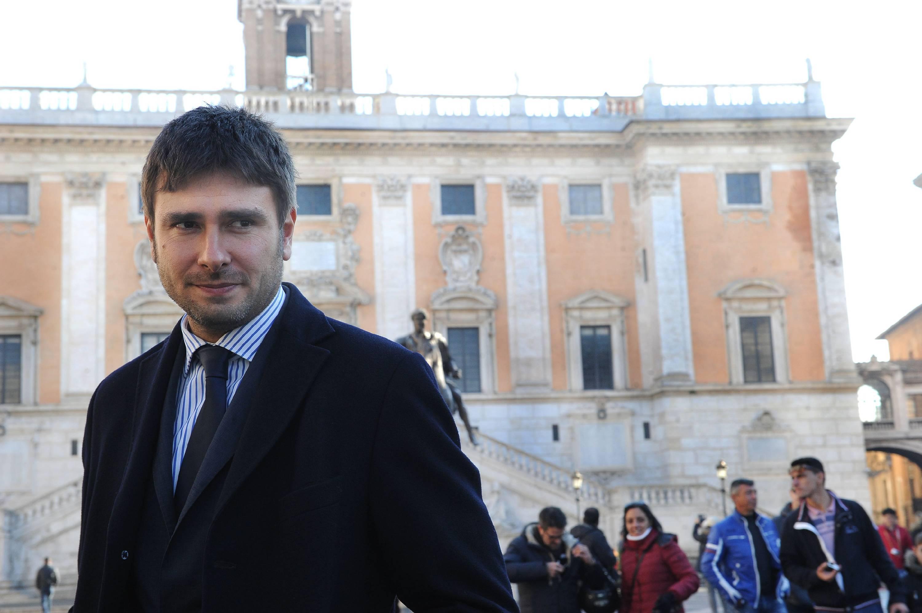 """Roma, Di Battista scrive a Raggi: """"Coraggio Virginia, abbiamo tutti contro"""""""