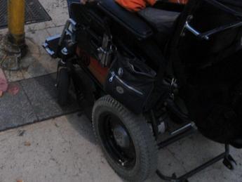 Stalkizzato dal badante, disabile si lancia contromano sull'Appia