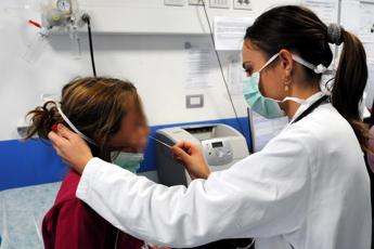 Dopo le feste record di tonsillite tra i bimbi, virus e batteri colpevoli