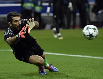 Primo rigore con il Var al Cagliari, Buffon lo para