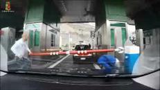 Ventimiglia, stipa 17 migranti in un furgone per portarli oltre confine, arrestato
