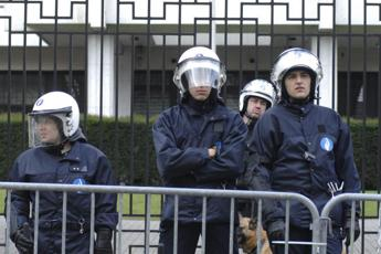 Bruxelles, teneva 15 persone in ostaggio in supermercato: arrestato