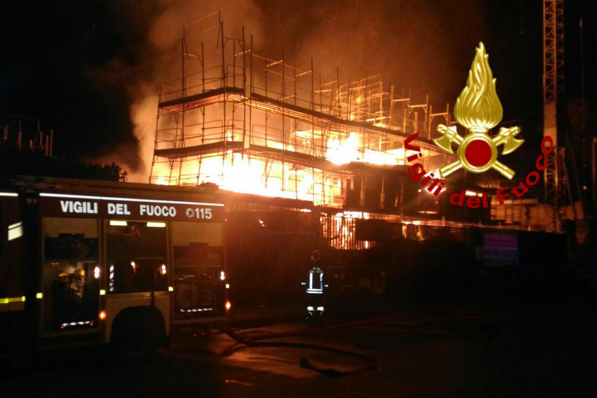 Roma, incendio in via Anagnina: fiamme distruggono stabile