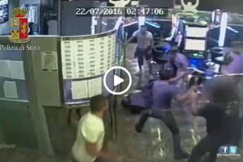 VIDEO Roma, selvaggiamente pestato in sala slot: 5 arresti