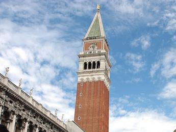 Venezia, drone urta il campanile di San Marco e precipita in piazza