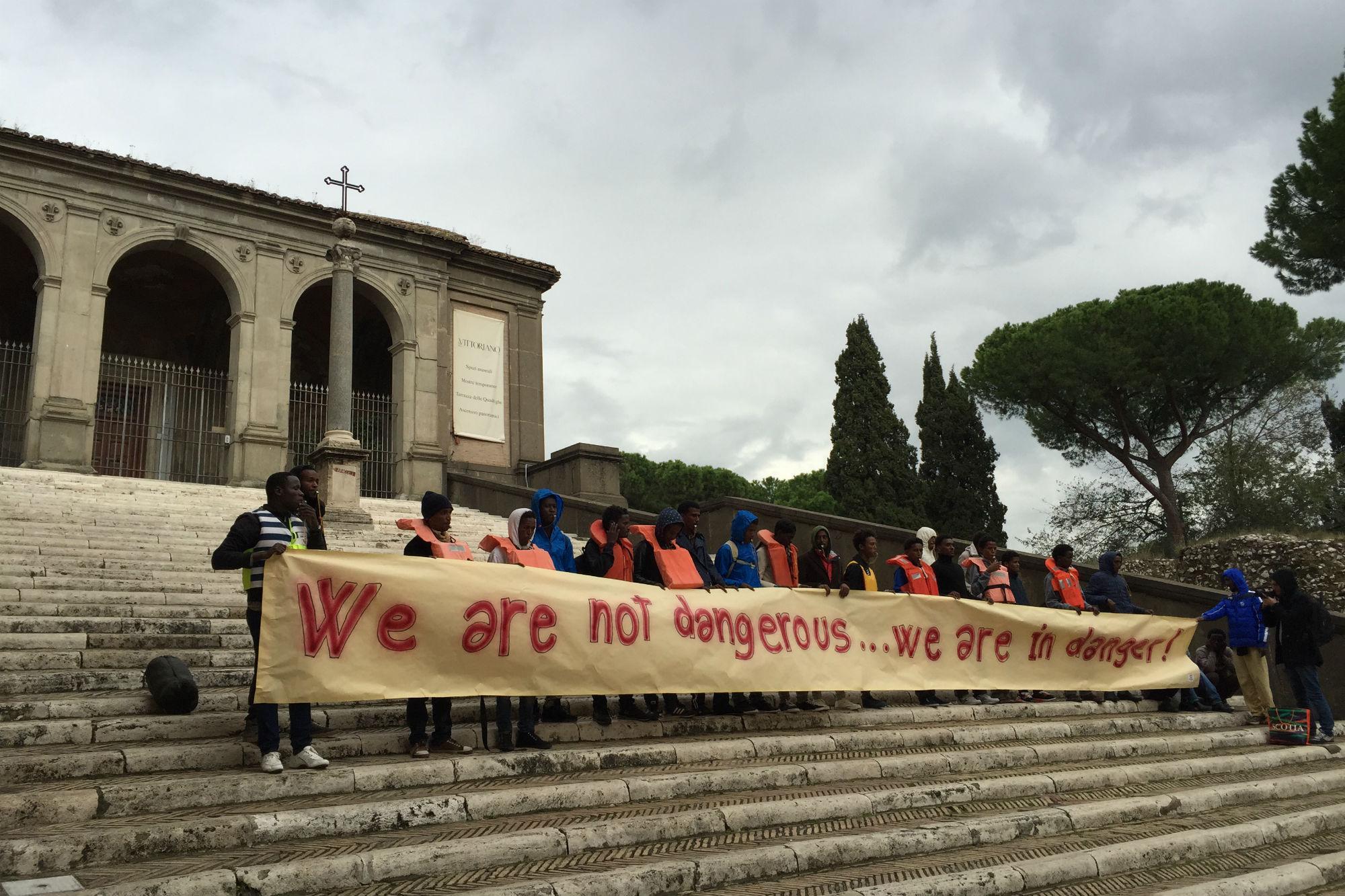Migranti, i volontari del 'Baobab' in piazza del Campidoglio /Video