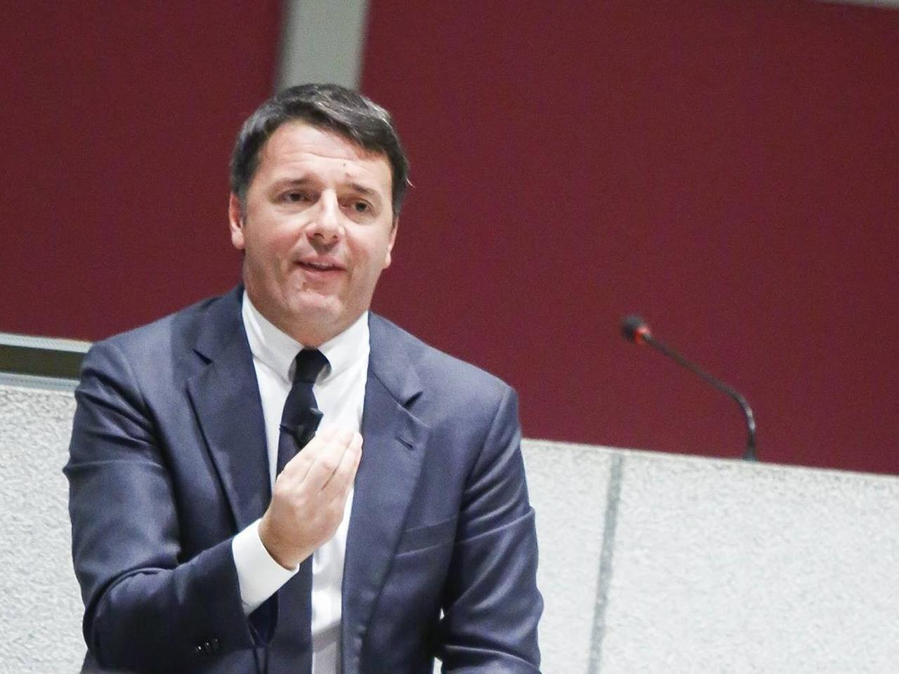 """Renzi: """"D'Alema è il passato che pensa di essere il futuro"""""""