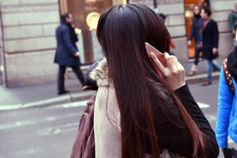 Troppo smartphone fa male, italiani schiavi del mobile