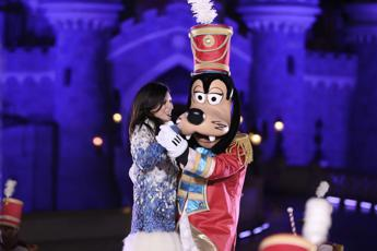Laura Pausini regina del Natale a Disneyland Paris /Video