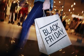 Informatica, vestiti e profumi: il Black Friday nelle ricerche degli italiani. Il 25 novembre è caccia allo sconto