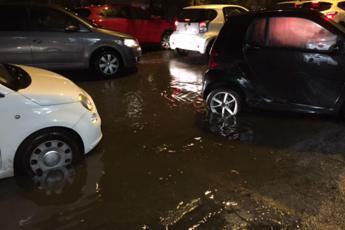 Bomba d'acqua su Roma, strade allagate e gente bloccata
