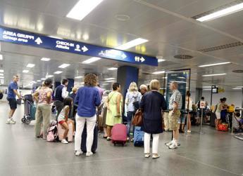 Le maniglie negli aeroporti? Un covo di superbatteri che viaggiano nel mondo