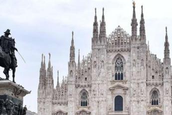 Coronavirus, arcivescovo sale sul Duomo e prega Madonnina /Video