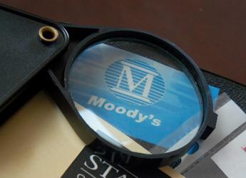 Banche, Moody's taglia l'outlook di 7 istituti: da stabile a negativo