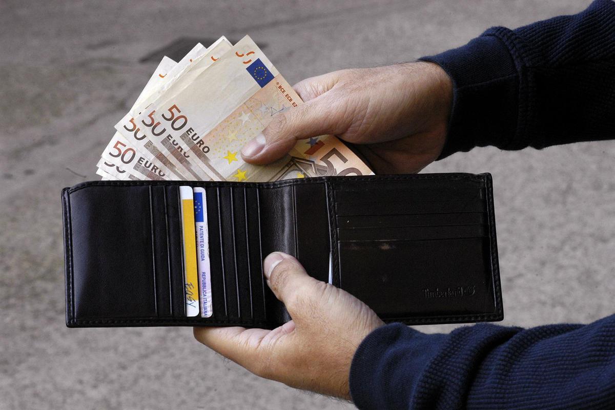 diversamente 0b1b2 4a9f2 Biella, profugo trova portafogli pieno di soldi e lo restituisce