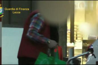 Guidava e faceva la spesa: falso invalido smascherato a Lecce /Video
