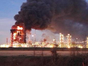 Pavia, cessato allarme per l'incendio in raffineria