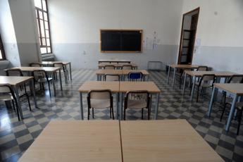 Bari, paura in scuola superiore: 17enne spara a salve da pistola giocattolo