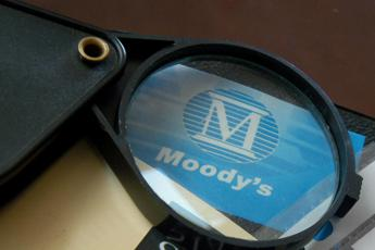 Moody's declassa l'Italia Rating e outlook, cosa sono