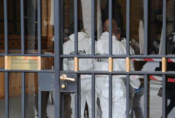 Giallo a Brescia, donna trovata decapitata nell'androne di un palazzo