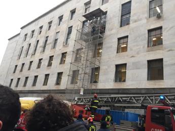 Uomo su impalcatura tribunale Milano, 'da 12 anni giustizia contro'