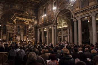 Entra nella basilica di Santa Maria Maggiore e sfregia due sacerdoti