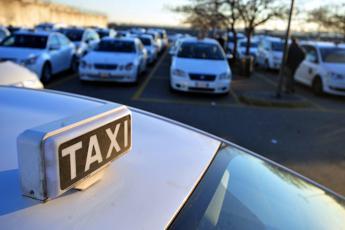 Roma, tassista violenta due clienti: arrestato