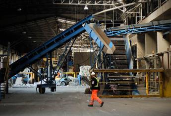 Giù la produzione industriale, record di occupati