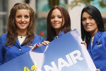 Ryanair investe in Italia, al via selezioni per hostess e steward: ecco il calendario