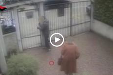 Milano, 80enne tenta di derubare anziana: telecamera filma tutto