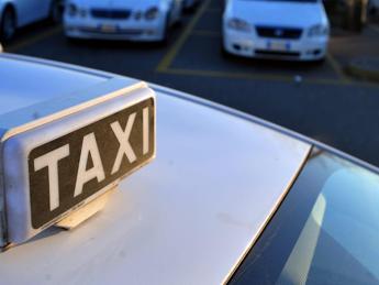 Roma, si ribalta taxi: 37enne in codice rosso