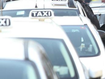 Raggi in piazza con i tassisti: Stop a emendamento