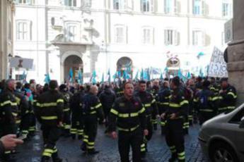 Eroi con stipendi da fame, sit in vigili del fuoco a Montecitorio
