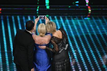 Antonella Clerici 'sdogana' il selfie sul palco dell'Ariston