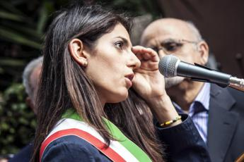 Raggi, due le polizze regalate: per i magistrati non c'è corruzione