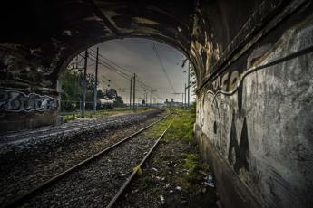 Cadavere su binari, treni sospesi tra Napoli e Casoria