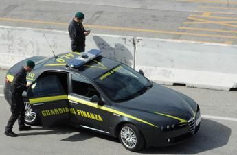 Como, nascondono 3,5 chili di cocaina al posto dell'airbag: due arresti /Video