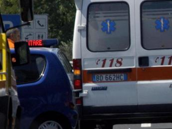 Roma, scontro fra furgone e auto: due feriti